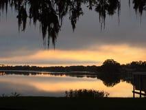 En perfekt sjöreflexion av en tyst stilla morgon arkivbilder