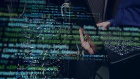 En person arbetar med en bärbar dator som programmerar en kod arkivfilmer