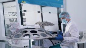 En person behandlar en lins för exponeringsglas arkivfilmer