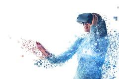 En person i faktiska exponeringsglas flyger till PIXEL Kvinnan med exponeringsglas av virtuell verklighet Framtida teknologibegre royaltyfria bilder