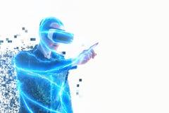 En person i faktiska exponeringsglas flyger till PIXEL Mannen med exponeringsglas av virtuell verklighet Framtida teknologibegrep royaltyfri fotografi