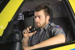 En person med paramedicinsk utbildning på hjulet av hans ambulans Royaltyfria Foton