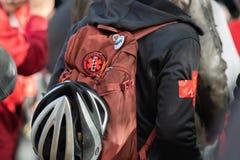 En person med en ryggsäck på ett Antifa organiserat politiskt samlar royaltyfri fotografi