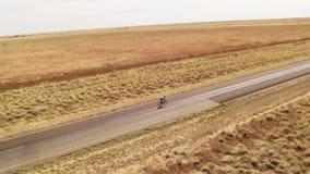 En person som cyklar på den långa vägen i ultrarapid arkivfilmer