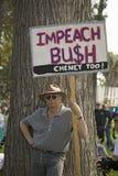 En person som protesterar rymmer en teckenavläsning Impeach Bush på enIrak kriger protestmarschen i Santa Barbara, Kalifornien på royaltyfria bilder