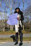 En person som protesterar rymmer ett tecken under en marsch mot polisbrutalitet och åtalsjurybeslut på det Eric Garner fallet på  Royaltyfri Fotografi