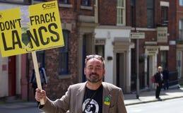 En person som protesterar som ankommer för att visa hans service Royaltyfri Bild