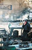 En person som protesterar som blir på barrikaden i Kiev royaltyfria foton