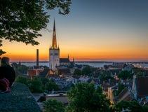 En person som tycker om sikten av takblasten och den kyrkliga tornspiran arkivbilder