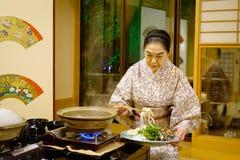 En personal i kimono på en restaurang i Akita, Japan Royaltyfri Fotografi