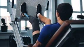 En personutbildning med idrottshallutrustning, medan bära bionisk protes stock video