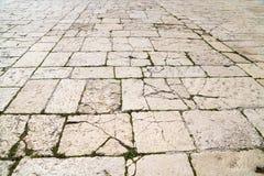En perspektivsikt av en gammal kalkstentegelsten Trottoartegelplatta, texturen av trottoaren på tempelmonteringen i Jerusalem Arkivbild