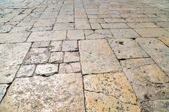 En perspektivsikt av en gammal tegelsten Trottoartegelplatta, texturen av trottoaren på tempelmonteringen i Jerusalem Arkivfoto