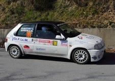 En Peugeot 106 racerbil som är involverad i loppet Arkivfoto