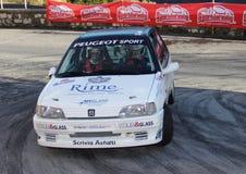 En Peugeot 106 racerbil som är involverad i loppet Arkivbild
