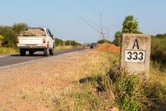 En pickup som skynda sig vid kilometerfläcken för milstolpe A333 längs huvudvägnumret 9 Ruta Transchaco, Gran Chaco, Paraguay royaltyfria foton