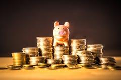 En piggy bankrörelse på pengarbunten för det sparande pengarbegreppet, utrymme av idéer för affärsplanläggning, försäkringliv i f royaltyfri bild