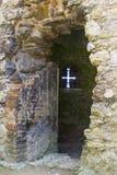 En pil som skärs upp i väggen av den 13th århundradeTitchfield abbotskloster i Hampshire England som var hem- till en många klost Royaltyfri Foto