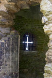 En pil som skärs upp i väggen av den 13th århundradeTitchfield abbotskloster i Hampshire England som var hem- till en många klost Royaltyfria Bilder