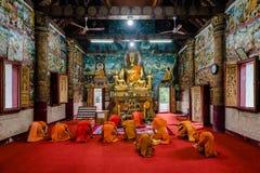 En pilbåge till Buddha royaltyfria foton