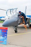 En pilot- ställning med flygplanet YAK-130 Royaltyfri Fotografi