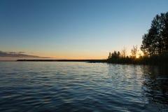 En pir i sjön Vänern mot en sommarsolnedgång Arkivbilder