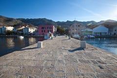 En pir på den Adriatiska havet kusten av Kroatien royaltyfri bild