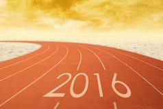 2016 en pista que compite con roja con la arena en la puesta del sol Imagen de archivo libre de regalías