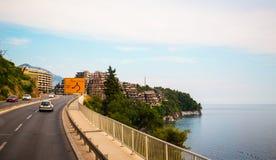 En pittoresk sikt av ingången till semesterortstaden av Becici Arkivbild