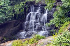 En pittoresk vattenfall i Sophia Park i höst, Uman, Ukraina arkivbilder