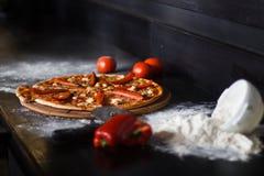 En pizza med kött och röd paprika Royaltyfri Foto