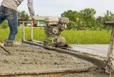 En plaçant la construction de routes en béton améliorez Images libres de droits