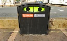 En plast- flaska och aluminiun kan återanvändningsfacket på promenaden i Sidmouth, Devon fotografering för bildbyråer