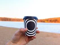 En plast- kopp med kaffe royaltyfri foto