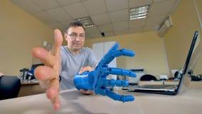 En plast- robotic armprototyp testas i en labb stock video