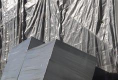 En plastique matériaux de construction et échafaudage emballés photographie stock libre de droits