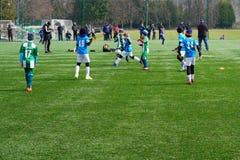En plats av en pojkes fotbollsmatchbarns fotbollslag på graden Barns jordning f?r fotbollutbildning Barn royaltyfria bilder