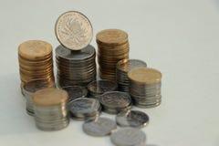 En plats med många mynt arkivbild