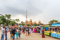 En plats på en bhelpuri shoppar eller stannar på marinastranden med mörk himmel i bakgrunden, Chennai, Indien 19 augusti 2017 Arkivfoton
