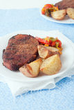En platta av biff, grillade potatisar och peppar Royaltyfri Bild