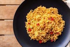 En platta av den kryddig indones stekte nudeln royaltyfria foton