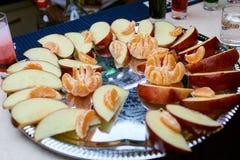 En platta av frukt på en tabell Arkivfoto