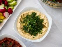 En platta av hummusen, en berömd arabisk mat arkivbild