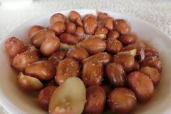 En platta av jordnötter med saltar royaltyfria bilder