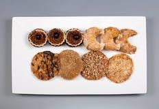 En platta av kakor på en grå bakgrund Arkivbild