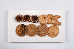En platta av kakor på en grå bakgrund Arkivfoton