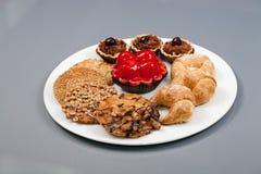 En platta av kakor på en grå bakgrund Fotografering för Bildbyråer