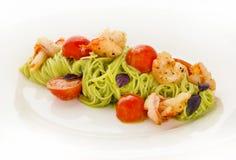 En platta av läcker italiensk spagetti med räkor och körsbäret Fotografering för Bildbyråer