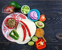 En platta av läckra taco och matingredienser Mexicanskt laga mat recept arkivbild