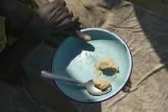 En platta av mat är den sammanlagda maten som erbjuds till något i Kenya på Pepo La Tumaini Jangwani, HIV-/AIDSgemenskaprehabilit arkivfoto